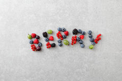 Mieszane jagody kształtować jako listy na łupkowym tle Obrazy Royalty Free