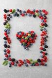 Mieszane jagody kształtować jako rama i serce Zdjęcie Stock