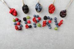Mieszane jagody w łyżkach i kształtować jako list Obrazy Stock