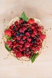 Mieszane lato jagody w koszu na stole Obraz Royalty Free