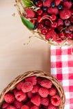 Mieszane lato jagody w koszu na stole Obrazy Royalty Free