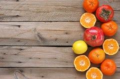 Mieszane owoc na drewnie zdjęcia stock