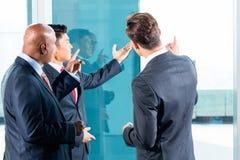 Mieszanego Azjatyckiego biznesu drużynowy dyskutuje projekt Obraz Stock
