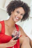 Mieszanej Biegowej amerykanin afrykańskiego pochodzenia dziewczyny Pije czerwone wino Zdjęcia Royalty Free