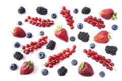 Mieszanek owoc na białym tle i jagody Dojrzałe czarne jagody, czernicy, truskawki i czerwoni rodzynki, Odgórny widok Błękitny Obraz Stock
