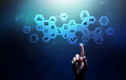 Mieszani środki, business intelligence ikony na wirtualnym ekranie, analiza i duzi dane, - przetwarzać deskę rozdzielczą fotografia royalty free