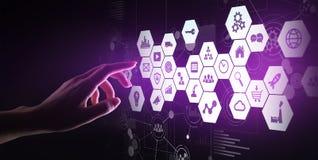 Mieszani środki, business intelligence ikony na wirtualnym ekranie, analiza i duzi dane, - przetwarzać deskę rozdzielczą obraz stock