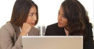 Mieszani biegowi bizneswomany pracuje na laptopie Obraz Stock