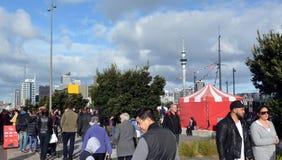 Mieszani biegowi ludzie odwiedzają przy Wynyard ćwiartką w Auckland, Nowa gorliwość Obraz Stock