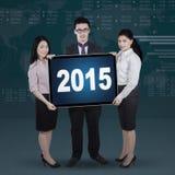 Mieszani biegowi przedsiębiorcy trzyma liczby 2015 Zdjęcia Stock