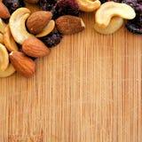 Mieszani owoc i dokrętki na drewna adry tnącej desce, ustawiona w kwadratowym wizerunku dla ogólnospołecznych środków, sztandarów Obrazy Royalty Free