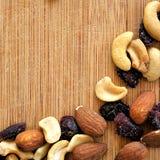 Mieszani owoc i dokrętki na drewna adry tnącej desce, ustawiona w kwadratowym wizerunku dla ogólnospołecznych środków, sztandarów Obraz Stock