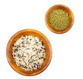 Mieszani ryż i fasolki szparagowe w drewnianych pucharach Zdjęcia Stock