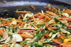 Mieszani warzywa gotujący w niecce Zucchini, marchewki, oberżyna i inni warzywa właśnie gotujący w niecce, obraz stock