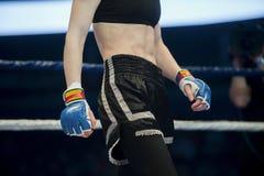 Mieszani wojenni wojownicy z powodu areny podczas rywalizacji MMA kobiet myśliwska walka na podłoga pierścionku obraz royalty free
