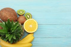 mieszanka świeży koks, banan, kiwi owoc, pomarańcze i ananas na błękitnym drewnianym tle, Odgórny widok z kopii przestrzenią obrazy royalty free