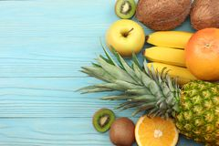 mieszanka świeży koks, banan, kiwi owoc, pomarańcze i ananas na błękitnym drewnianym tle, Odgórny widok z kopii przestrzenią zdjęcie royalty free