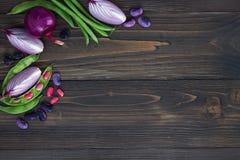 Mieszanka świeżych rolników targowy warzywo od above na starej drewnianej desce z kopii przestrzenią Zdrowy łasowania tło Odgórny Zdjęcia Royalty Free