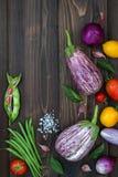Mieszanka świeżych rolników targowy warzywo od above na starej drewnianej desce z kopii przestrzenią Zdrowy łasowania tło Odgórny Zdjęcia Stock