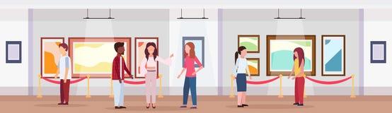 Mieszanka biegowi goście w sztuki współczesnej galerii obrazów przyglądających kreatywnie współczesnych grafika muzealnych wewnęt ilustracja wektor