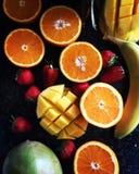 Mieszanka cytrus owoc, mango, banana, truskawek i pomarańcz odgórny widok, Fotografia Royalty Free
