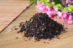 Mieszanka czarna herbata na stole z colours2 zdjęcia royalty free
