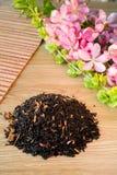 Mieszanka czarna herbata na stole z colours3 zdjęcia stock