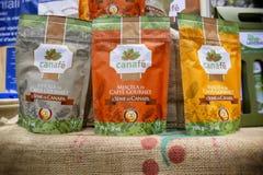 Mieszanka kawowi i konopiani ziarna w weganinów produktów jarmarku dokąd rolnicy i firmy pokazują ich produkty konsumenci obrazy stock