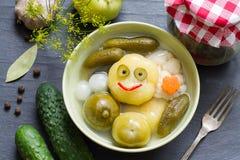 Mieszanka kiszeni warzywa na stołowym szczęśliwym zabawy jedzenia pojęciu Fotografia Stock