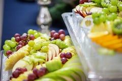 Mieszanka owoc od winogron, jabłka, winogrona, pomarańcze Concep fotografia stock