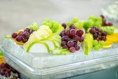 Mieszanka pożytecznie owoc winogrona, jabłka, winogrona, pomarańcze bucharest biuro c e obrazy royalty free