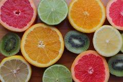 Mieszanka pokrojony kolorowy cytrus owoc odgórny widok Pomarańcze, cytryny, kiwi, grapefruitowych i wapna przyrodni plasterki na  Fotografia Stock