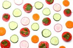 mieszanka pokrojony ogórek z pokrojoną marchewką i pomidorem odizolowywającymi na białego tła odgórnym widoku obraz royalty free