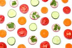 mieszanka pokrojony ogórek z pokrojoną marchewką i pomidorem odizolowywającymi na białego tła odgórnym widoku zdjęcia royalty free