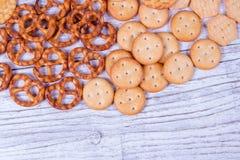 Mieszanka przekąski: precle, krakers, ciastka Zdjęcie Royalty Free