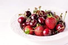 Mieszanka truskawki i wiśnia w Piękny Dojrzały Soczysty Zamknięty Up bielu talerza wiśni i truskawki Obraz Stock