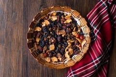 Mieszanka Wysuszone owoc; Apple, morela, morwa, rodzynka, figa, Cranberry, malinka i data w Drewnianym koszu, zdjęcie royalty free