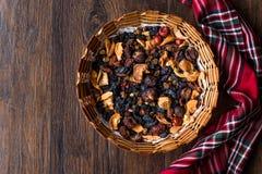 Mieszanka Wysuszone owoc; Apple, morela, morwa, rodzynka, figa, Cranberry, malinka i data w Drewnianym koszu, fotografia stock