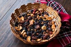 Mieszanka Wysuszone owoc; Apple, morela, morwa, rodzynka, figa, Cranberry, malinka i data w Drewnianym koszu, obraz royalty free