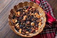 Mieszanka Wysuszone owoc; Apple, morela, morwa, rodzynka, figa, Cranberry, malinka i data w Drewnianym koszu, fotografia royalty free