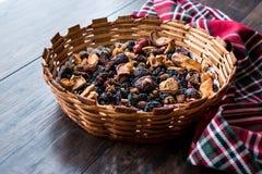 Mieszanka Wysuszone owoc; Apple, morela, morwa, rodzynka, figa, Cranberry, malinka i data w Drewnianym koszu, obrazy stock
