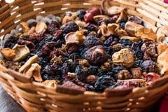 Mieszanka Wysuszone owoc; Apple, morela, morwa, rodzynka, figa, Cranberry, malinka i data w Drewnianym koszu, zdjęcia stock