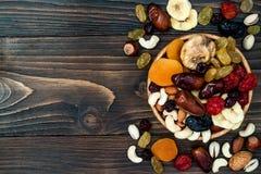 Mieszanka wysuszone owoc i dokrętki na ciemnym drewnianym tle z kopii przestrzenią Odgórny widok Symbole judaic wakacje Tu Bishva zdjęcie stock