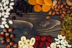 Mieszanka wysuszone owoc i dokrętki na ciemnym drewnianym tle z kopii przestrzenią Odgórny widok Symbole judaic wakacje Tu Bishva zdjęcie royalty free
