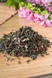Mieszanka zielona herbata na stole z colours3 zdjęcia royalty free