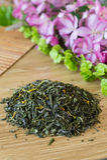 Mieszanka zielona herbata na stole z colours obrazy royalty free