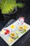 Mieszany świeży tropikalnej owoc półmisek zdjęcie stock