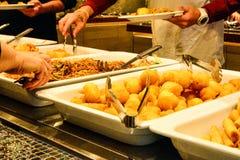 Mieszany Azjatycki jedzenie przy restauracyjnym buffé obraz stock