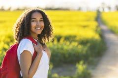 Mieszany Biegowy amerykanin afrykańskiego pochodzenia dziewczyny nastolatka Wycieczkować fotografia stock