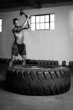Mieszany biegowy kickboxer z punchbag Zdjęcie Stock